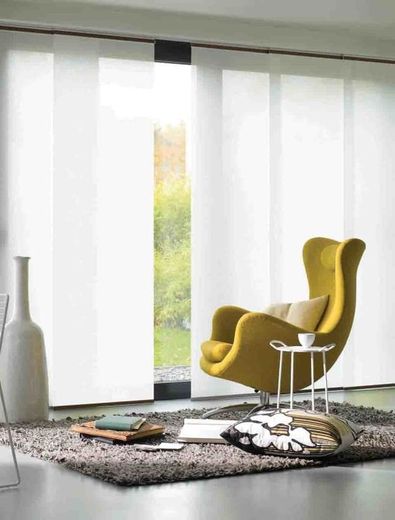 Duelo de cortinas: verticales vs. paneles orientales
